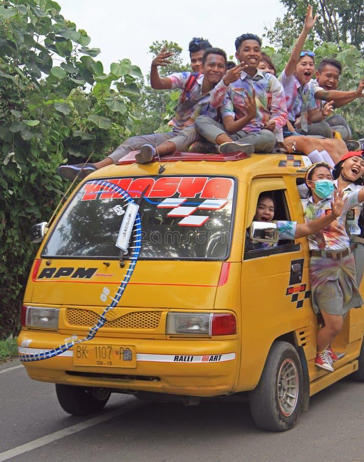 Os estudantes indonésios loucos estão indo comemorar foto de stock royalty free