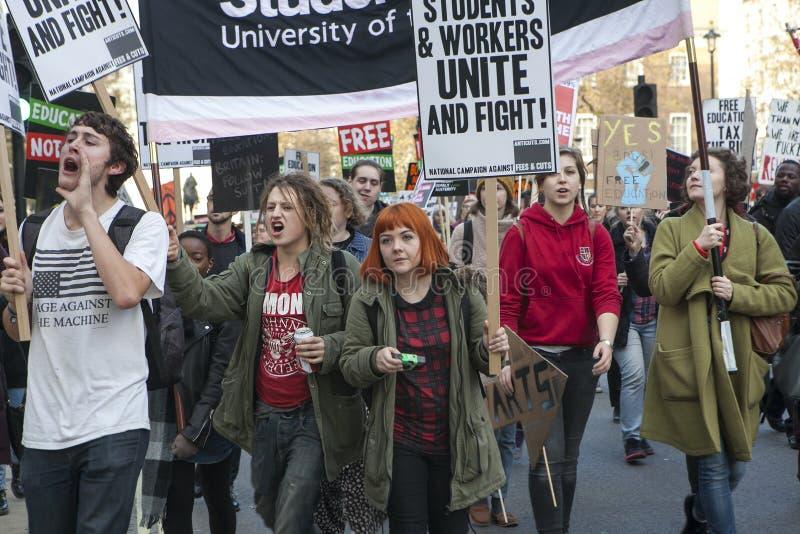 Os estudantes participam em uma marcha de protesto contra taxas fotografia de stock