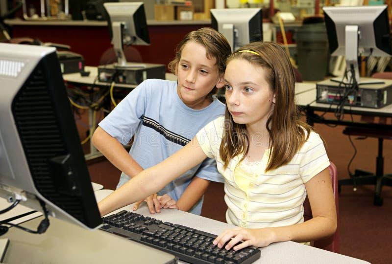 Os estudantes pesquisam em linha