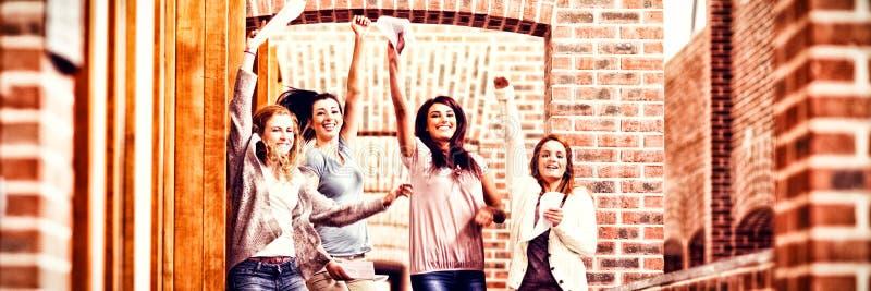 Os estudantes que saltam com seus resultados foto de stock royalty free