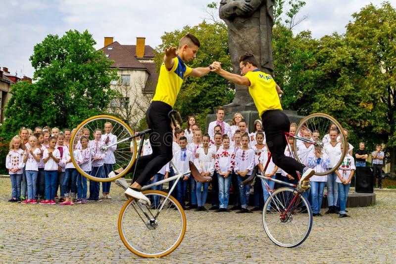 Os estudantes secionam de conluios artísticos da mostra do ciclismo imagem de stock royalty free