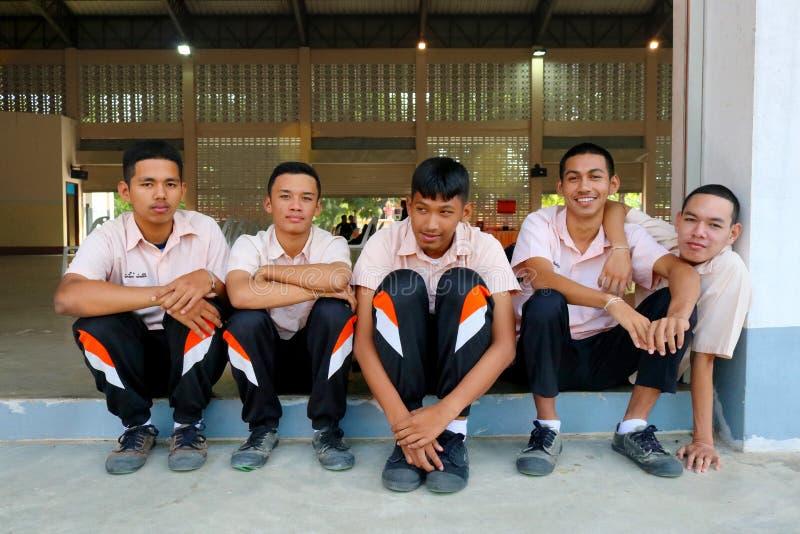 Os estudantes tailandeses no uniforme estão sentando-se junto no gym de Pakn foto de stock royalty free