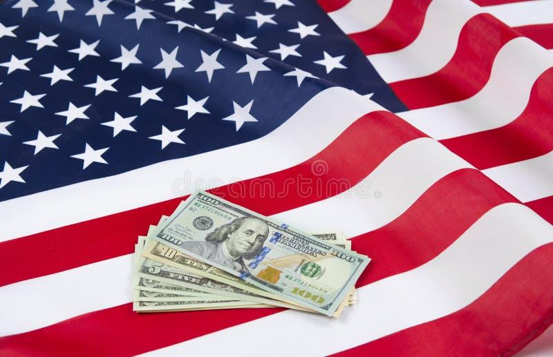 Os EUA embandeiram com notas dos dólares Conceito do sonho americano fotografia de stock royalty free