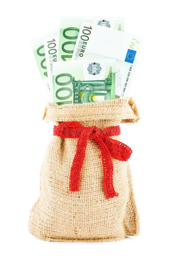 Os euro em um saco de linho, enfaixado por uma fita do vermelho do presente fotografia de stock royalty free