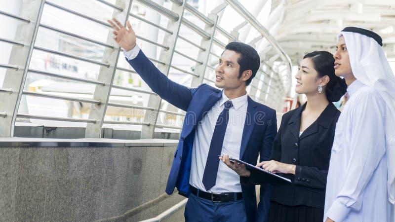 Os executivos árabes asiáticos espertos trabalhador do homem e de mulher falam fotografia de stock royalty free