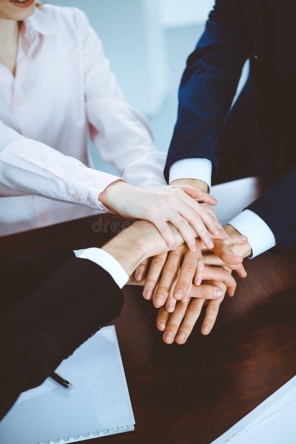 Os executivos agrupam as m?os de junta Trabalhos de equipe ou conceitos do encontro imagens de stock