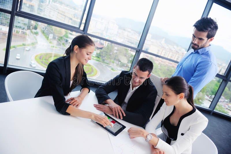 Os executivos agrupam em uma reunião no escritório fotografia de stock