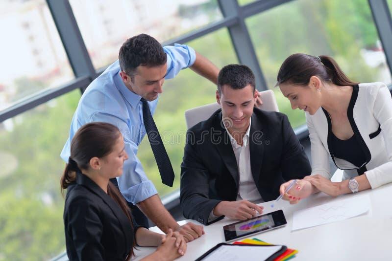 Os executivos agrupam em uma reunião no escritório imagens de stock royalty free