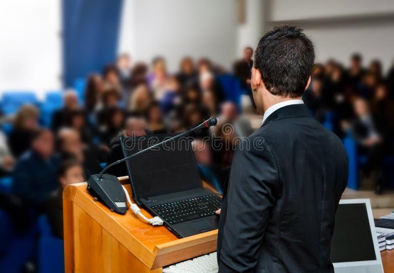 Os executivos agrupam na apresentação do seminário da reunião fotografia de stock