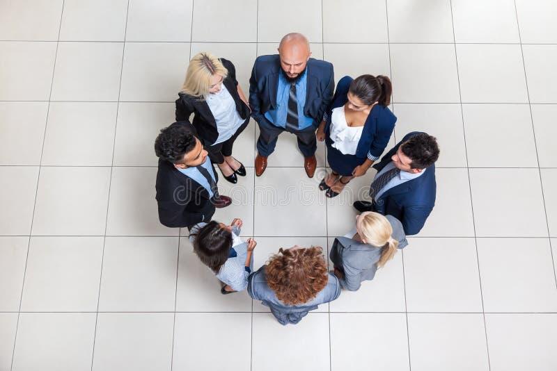 Os executivos agrupam a posição na opinião de ângulo superior do círculo, empresários imagens de stock