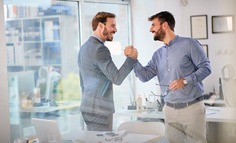 Os executivos bem sucedidos terminaram a reunião de negócios imagem de stock