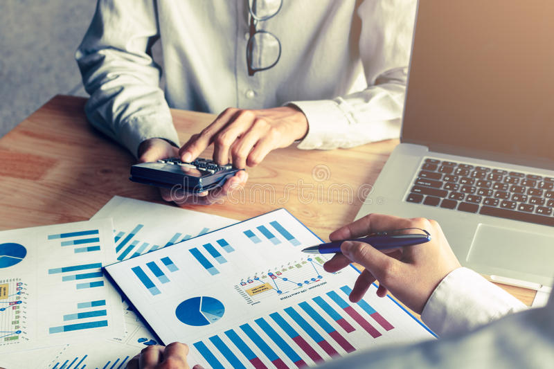 Os executivos calculam com carta de papel analisam na mesa e no l foto de stock royalty free