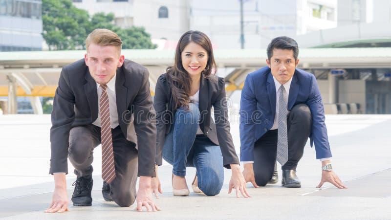 Os executivos competitivos na série e no pano espertos sentam-se e pre fotografia de stock royalty free