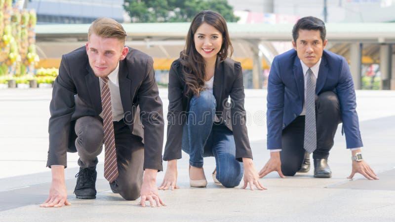 Os executivos competitivos na série e no pano espertos sentam-se e pre imagem de stock royalty free