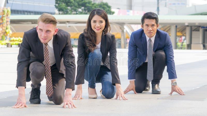 Os executivos competitivos na série e no pano espertos sentam-se e pre fotografia de stock