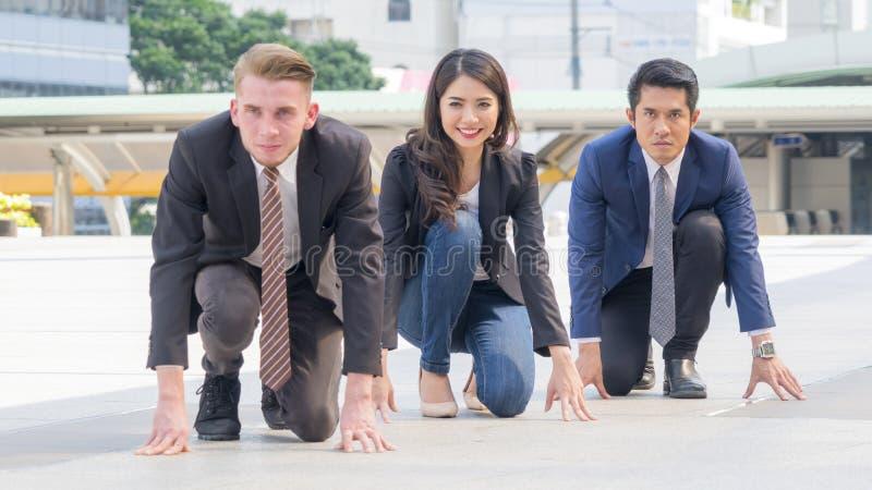Os executivos competitivos na série e no pano espertos sentam-se e pre imagens de stock