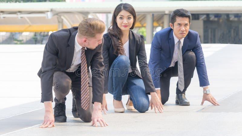 Os executivos competitivos na série e no pano espertos sentam-se e pre foto de stock royalty free