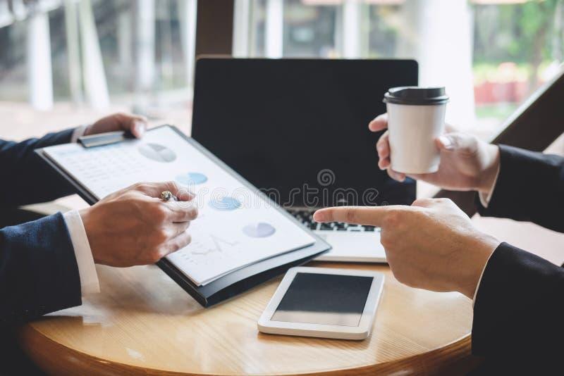 Os executivos da equipe discutem e analisando na reuni?o ao funcionamento de projeto de investimento e ? estrat?gia planejando da fotos de stock