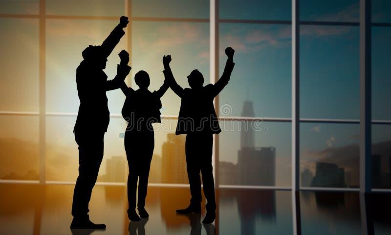 Os executivos da silhueta mostram que a mão comemora acima no conceito do escritório, do sucesso e dos trabalhos de equipe imagem de stock royalty free