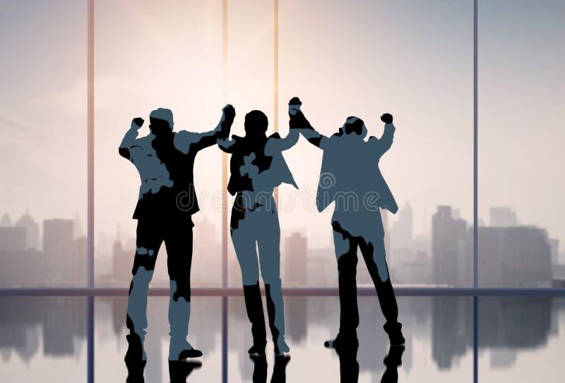 Os executivos da silhueta mostram que a mão comemora acima no conceito do escritório, do sucesso e dos trabalhos de equipe fotos de stock