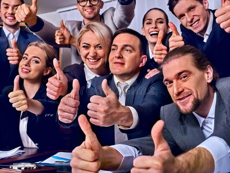 Os executivos da vida do escritório de povos da equipe estão felizes com polegar acima foto de stock royalty free