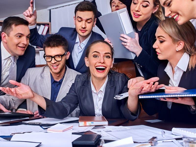 Os executivos da vida do escritório de povos da equipe estão felizes com polegar acima fotos de stock