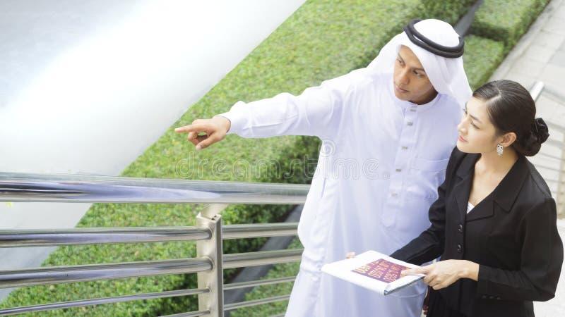Os executivos do homem e mulher espertos árabes de Ásia falam fotos de stock royalty free