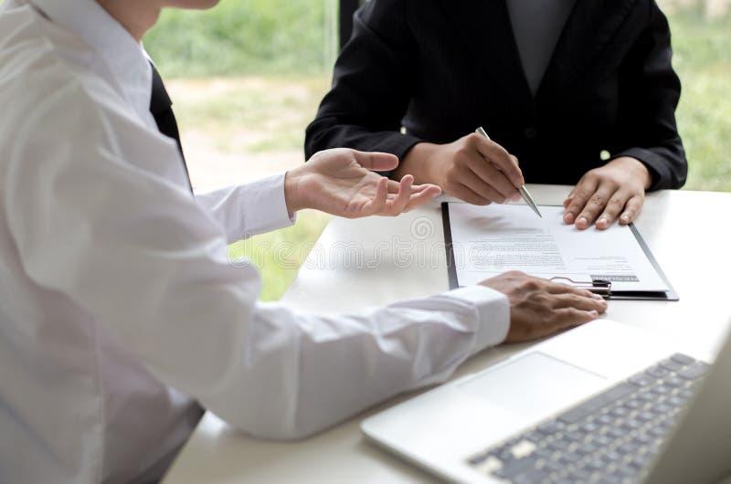 Os executivos estão entrevistando candidatos de trabalho e as comprovações de antecedentes preliminares, candidatos estão falando imagens de stock royalty free