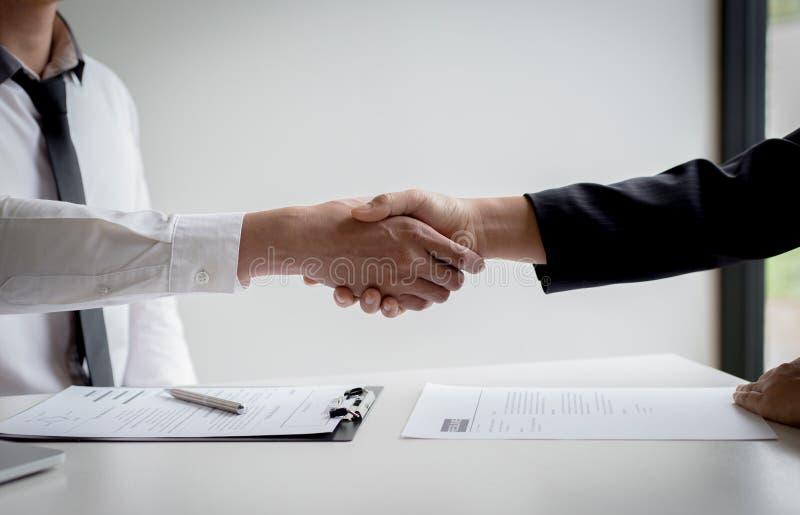 Os executivos estão entrevistando candidatos de trabalho e as comprovações de antecedentes preliminares, candidatos estão falando foto de stock royalty free