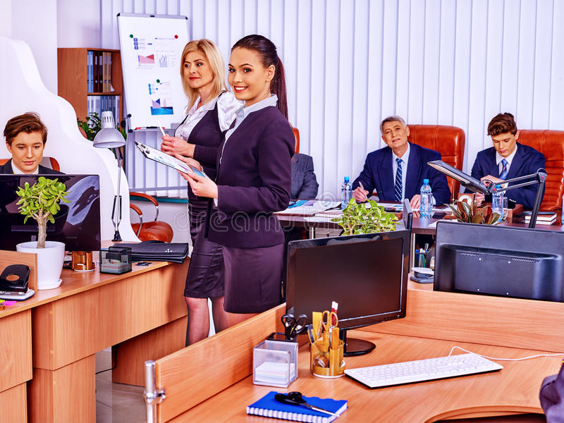 Os executivos felizes do grupo estão imprimindo - para fora no escritório fotografia de stock royalty free