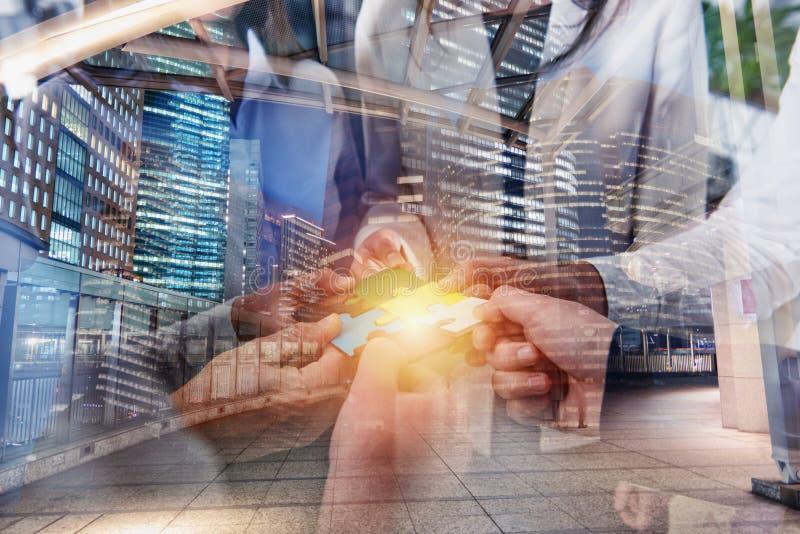 Os executivos juntam-se a partes do enigma Conceito dos trabalhos de equipa e da parceria Exposi??o dobro foto de stock royalty free