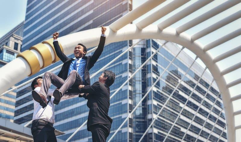 Os executivos masculinos asiáticos estão felizes sobre seu sucesso no busine fotografia de stock