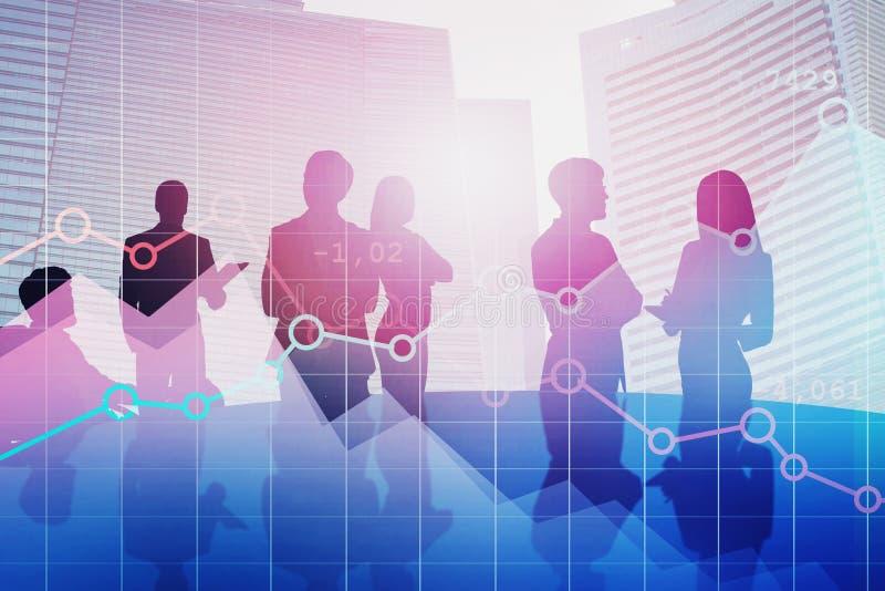 Os executivos na tabela, representam graficamente foto de stock