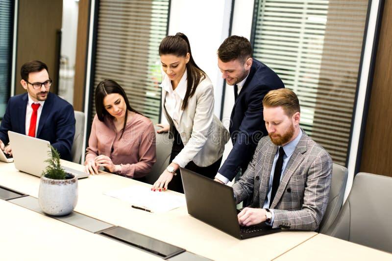Os executivos novos têm a reunião em um escritório moderno foto de stock