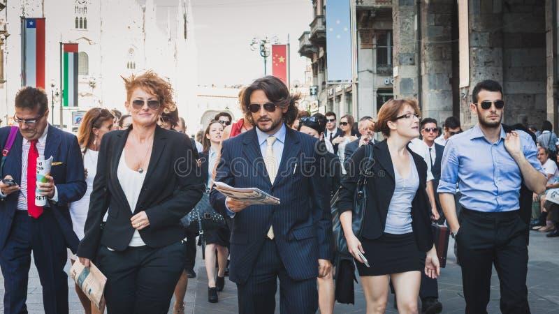 Os executivos participam imediatamente multidão em Milão, Itália fotografia de stock