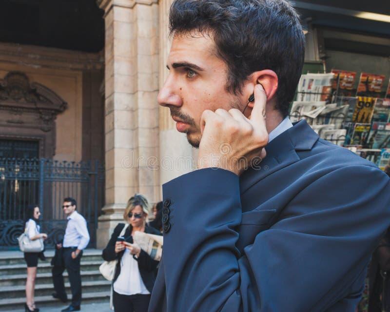 Os executivos participam imediatamente multidão em Milão, Itália imagem de stock