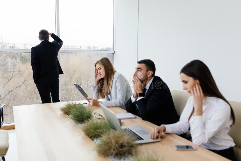 Os executivos perdem os termos de contrato na sala de reunião imagem de stock royalty free