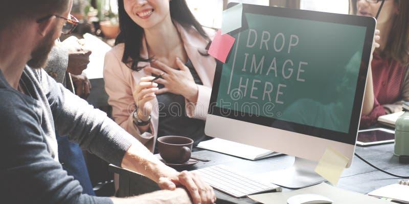 Os executivos que encontram a imagem da gota dos trabalhos de equipa aqui copiam o espaço concentrado fotos de stock royalty free