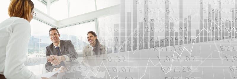 Os executivos que têm uma reunião com estatística fazem um mapa do efeito financeiro da transição ilustração royalty free