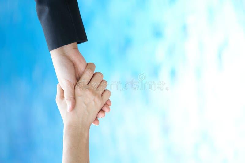 Os executivos são tirados para ajudar os meios a colaborar na cooperação do negócio Proteja a colaboração utilização como o busi  imagem de stock royalty free