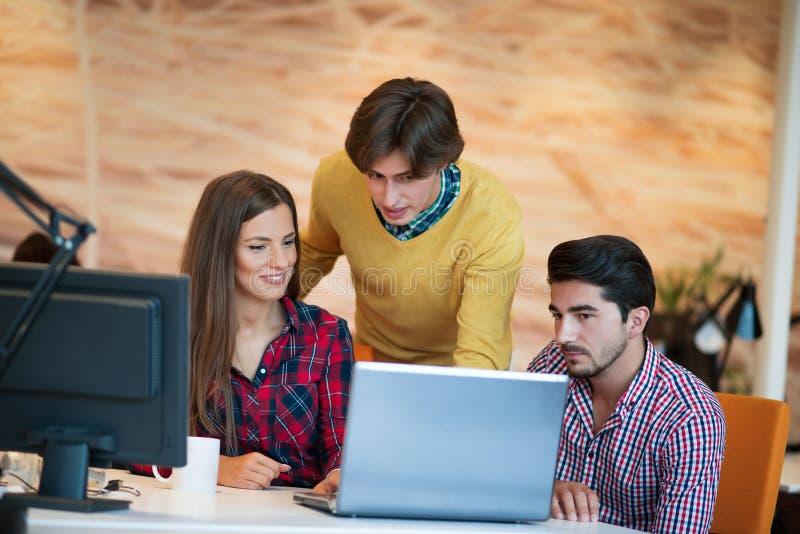 Os executivos Startup agrupam o trabalho como a equipe para encontrar a solução ao problema imagens de stock