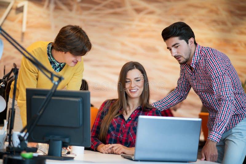 Os executivos Startup agrupam o trabalho como a equipe para encontrar a solução ao problema imagem de stock