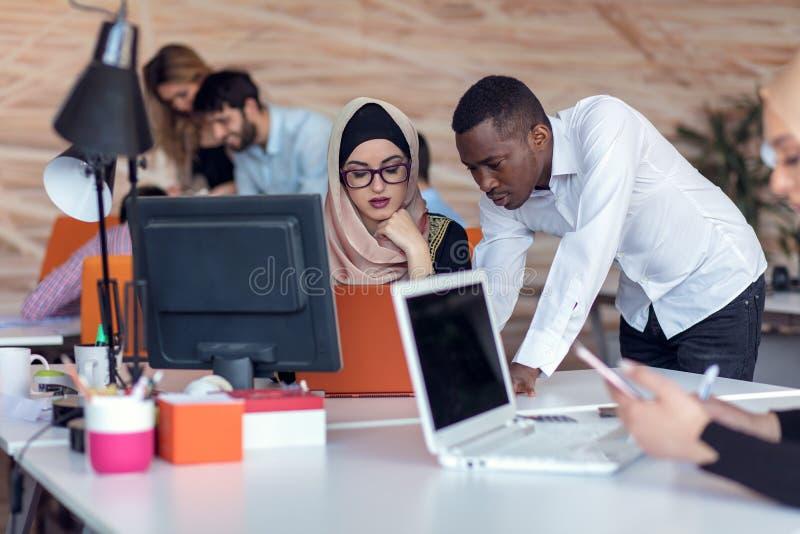 Os executivos Startup agrupam o trabalho diário de trabalho no escritório moderno Escritório da tecnologia, empresa da tecnologia foto de stock royalty free