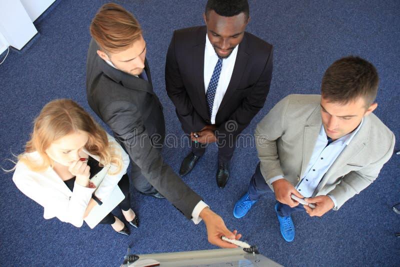 Os executivos team na apresentação que trabalha com cartas e diargams no flipchart Vista superior fotografia de stock