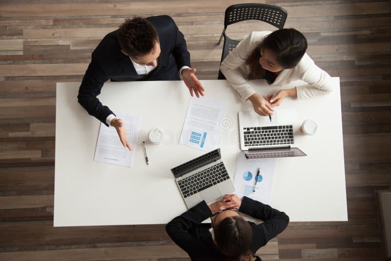 Os executivos team o trabalho de fala junto na reunião, parte superior vi fotografia de stock royalty free