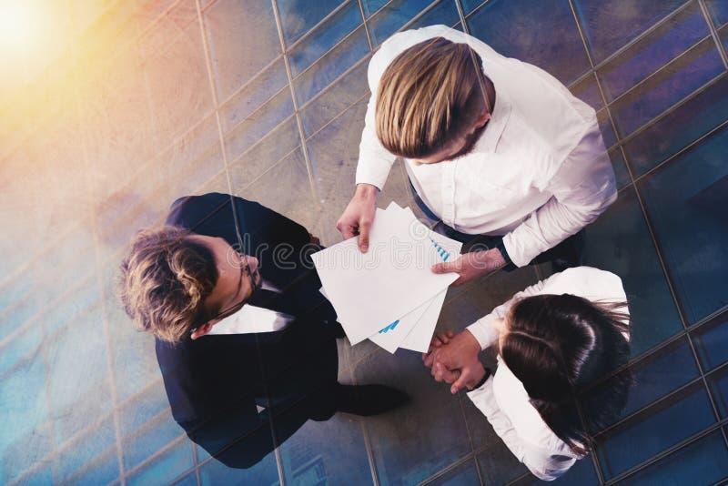 Os executivos trabalham com número das estatísticas da empresa Exposição dobro imagem de stock royalty free