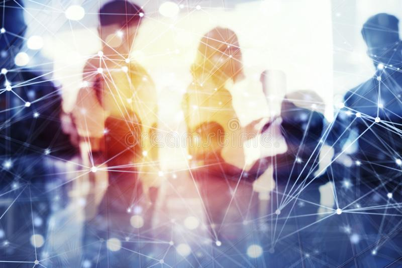Os executivos trabalham junto no escritório com efeitos do Internet Conceito dos trabalhos de equipa e da parceria dobro imagens de stock royalty free