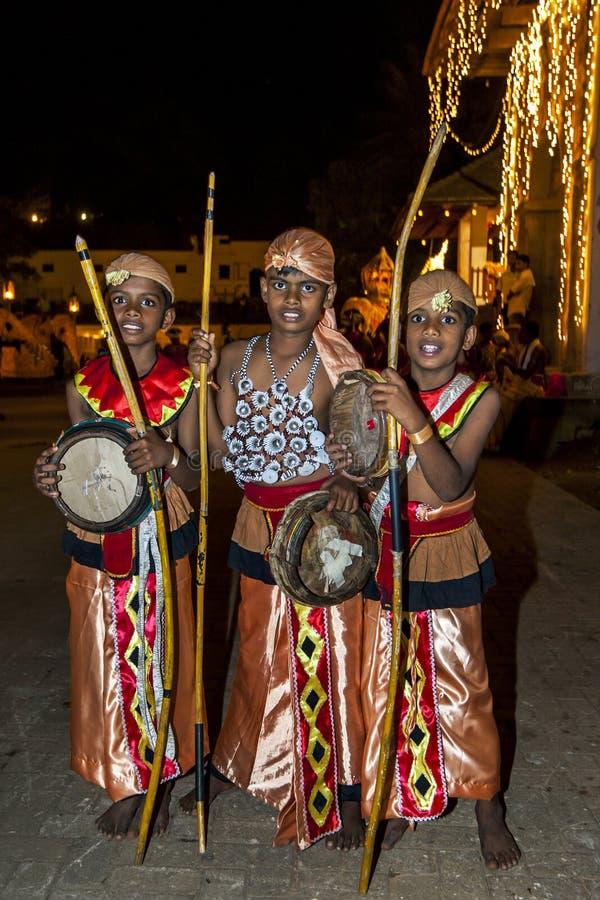 Os executores novos esperam o começo do Esala Perahera em Kandy, Sri Lanka fotos de stock royalty free