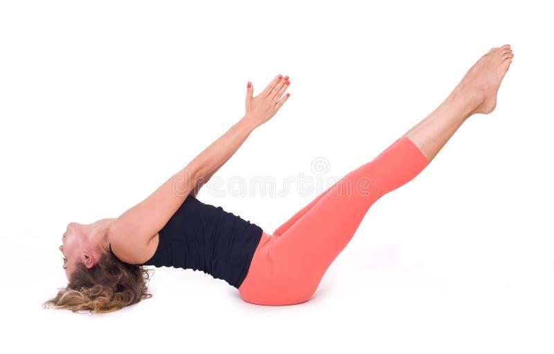 Os exercícios praticando da ioga/barco levantam - Navasana imagem de stock