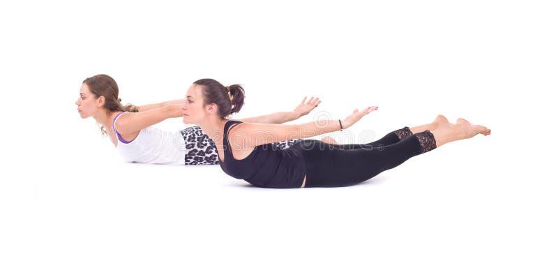 Os exercícios praticando da ioga no grupo/camelo levantam - Ustrasana fotografia de stock royalty free